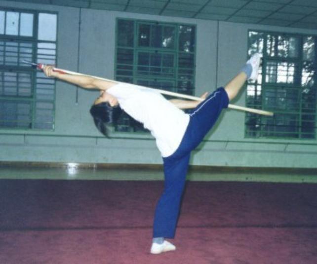 Artista marcial china practicando Qiangshu